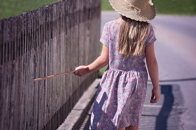 une femme en robe d'été