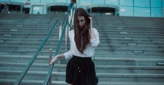 femme timide tentant de séduire