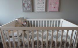un lit de bébé