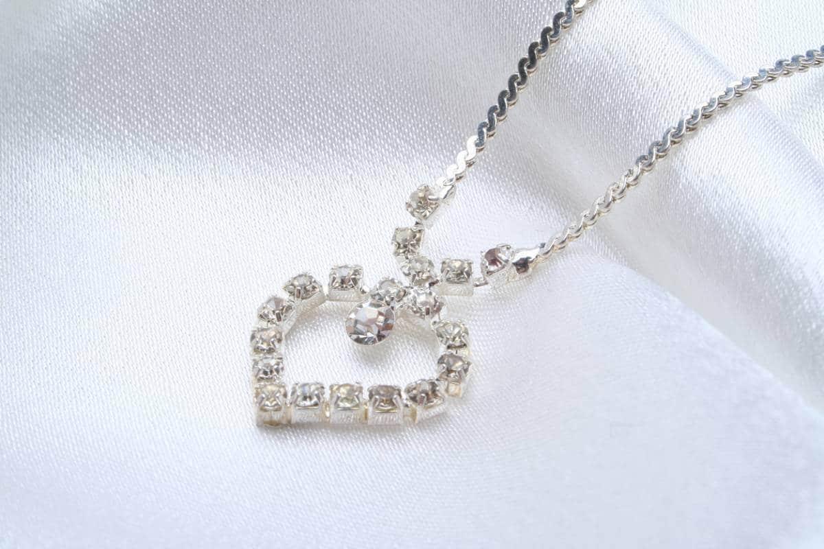 81f1ab367e9 Ou peut-être souhaitez-vous trouver un joli pendentif en diamant pour  l assortir à votre collier ...