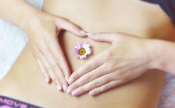 Ventre gonflé: comment soulager les gaz avec un massage digestif