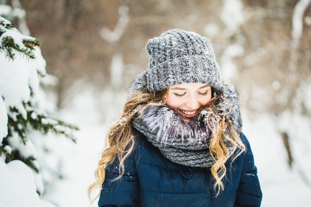 La couleur du bonnet d'hiver pour femme