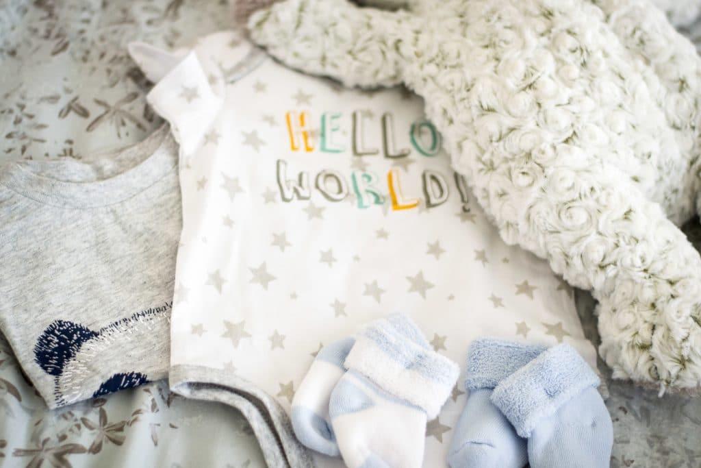 Les vêtements de naissance indispensables