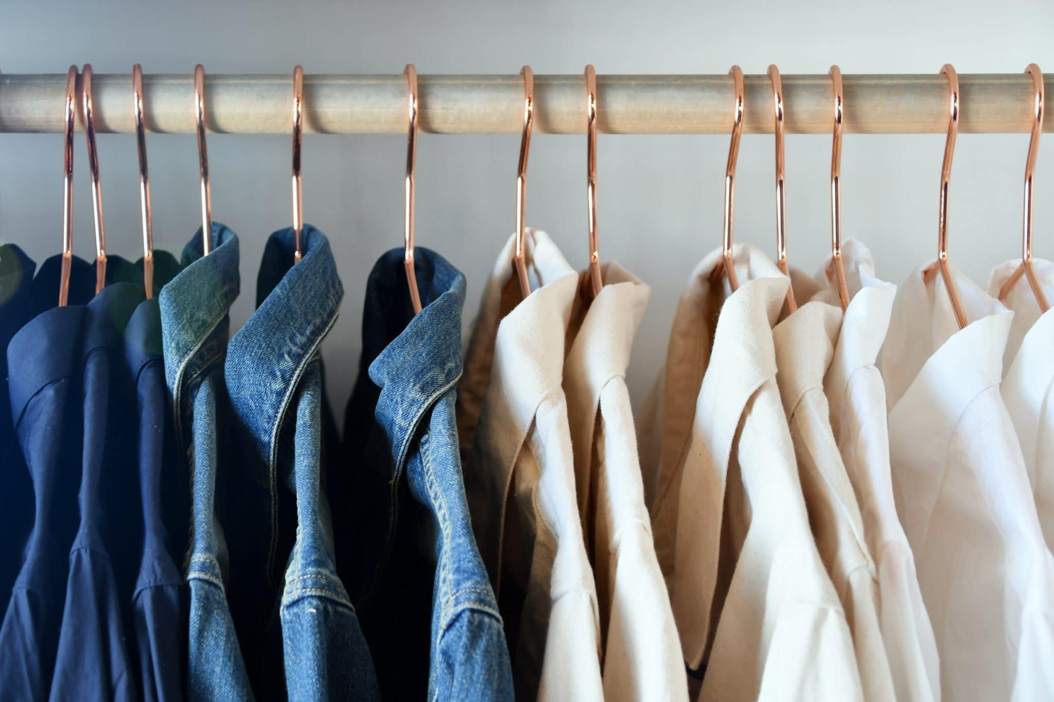 Vêtements posés sur cintre