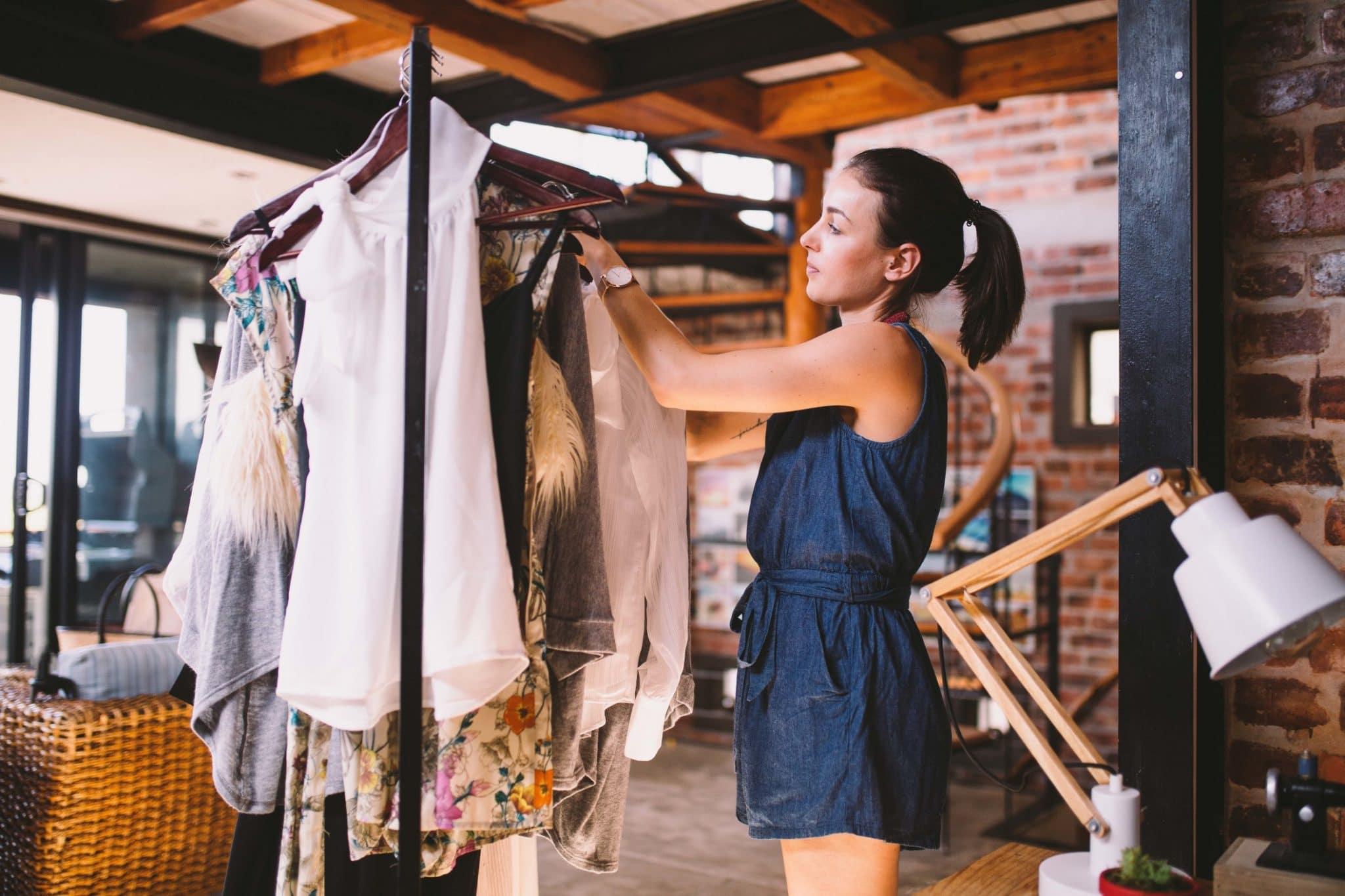 Femme faisant son shopping