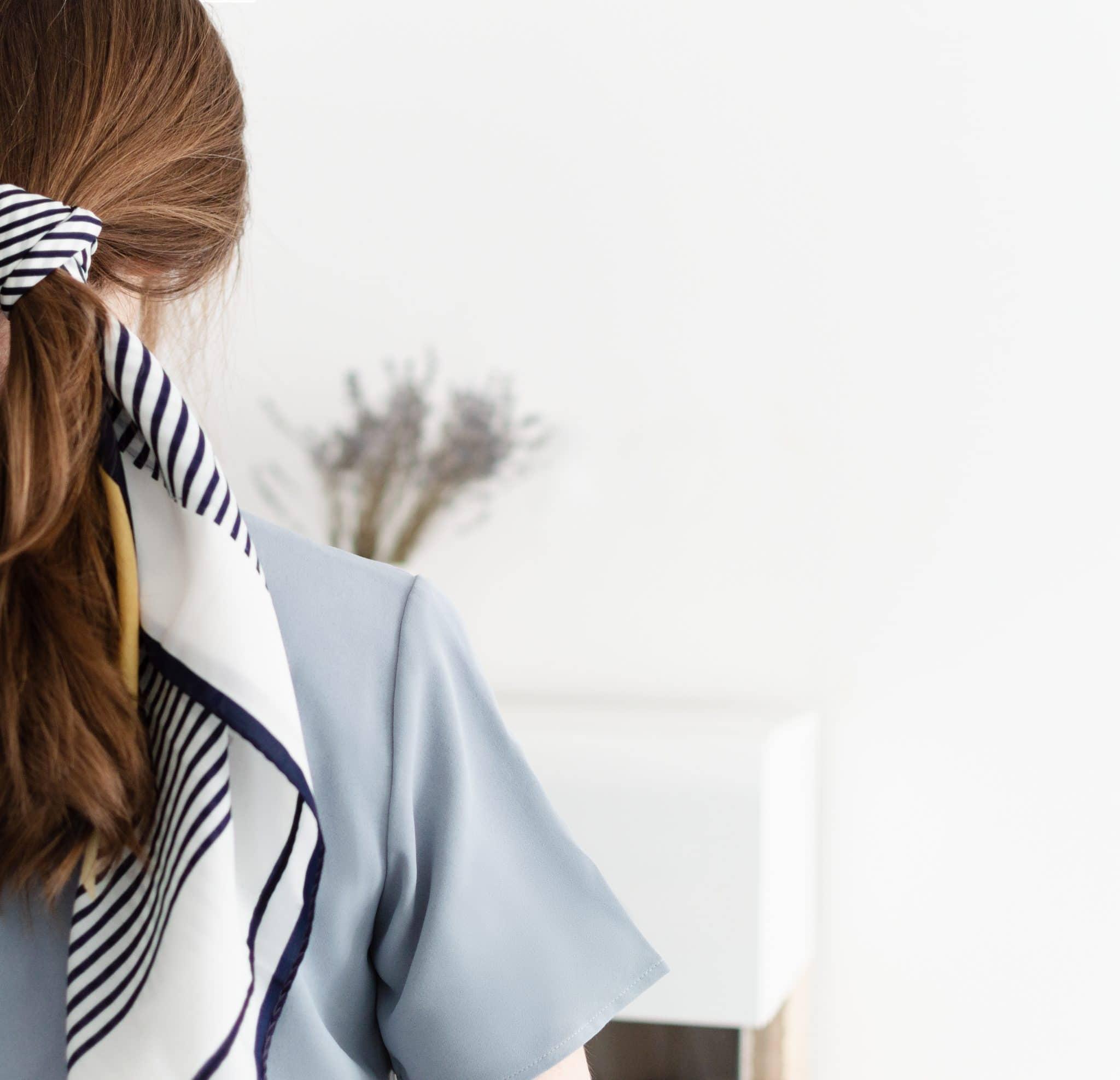 Les chouchous foulard : la tendance cheveux à adopter cet été