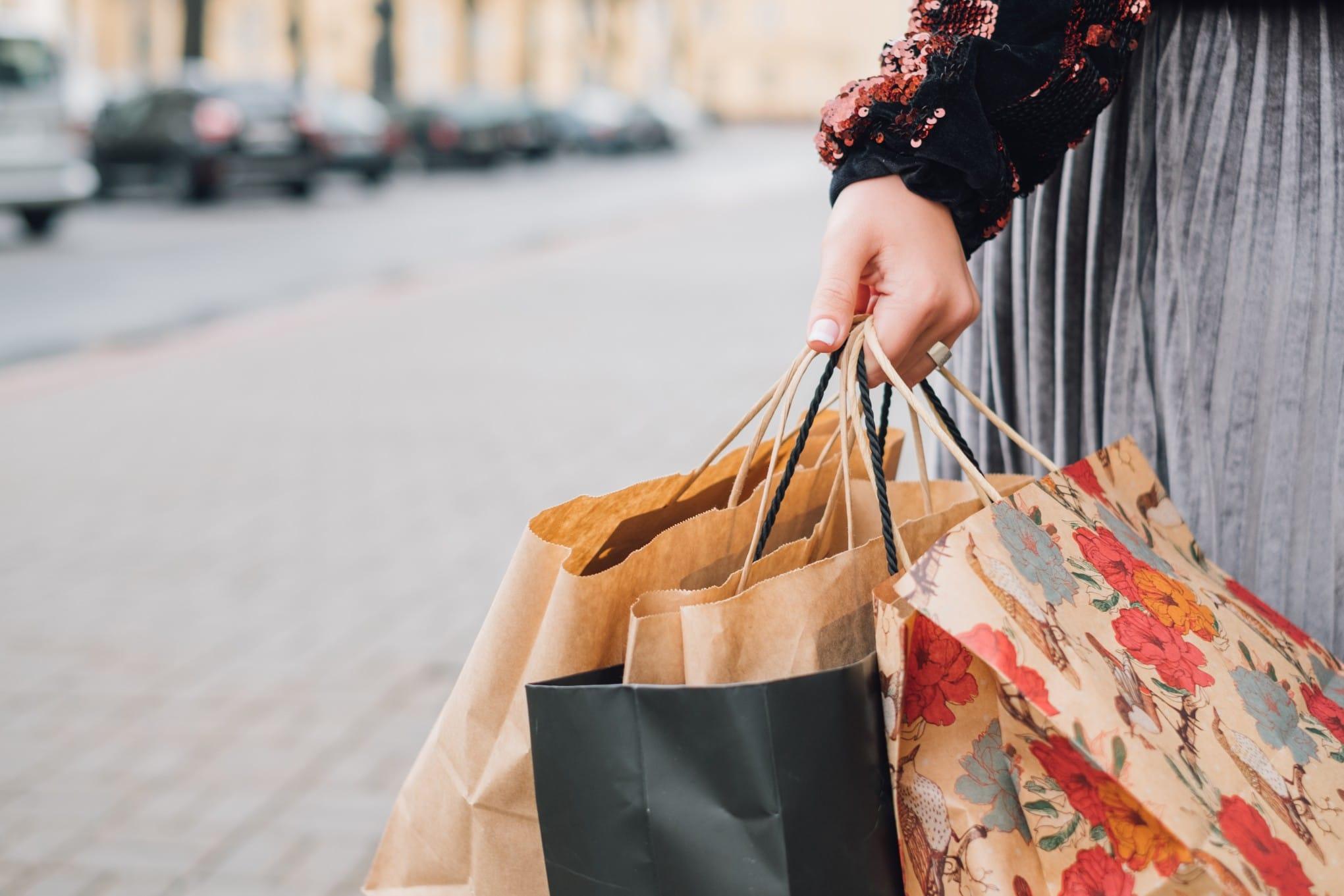 femme tenant des sacs de shopping