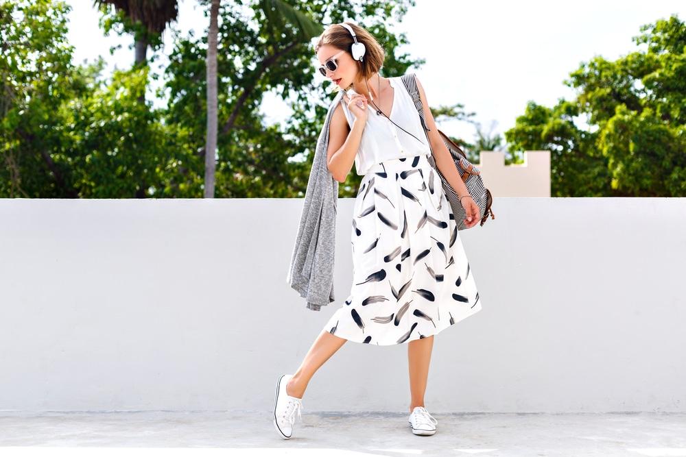 Femme avec une jupe midi