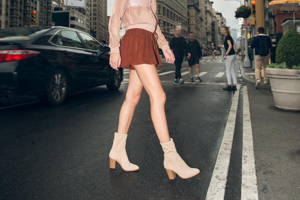 femme en mini jupe