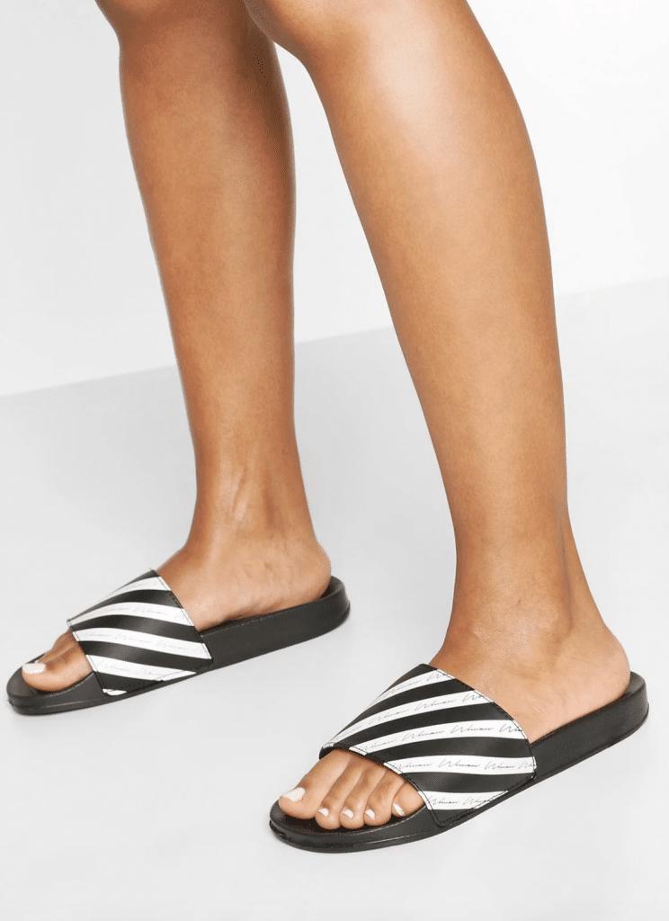 sandale tendance de Boohoo avec le slogan Woman écrit dessus
