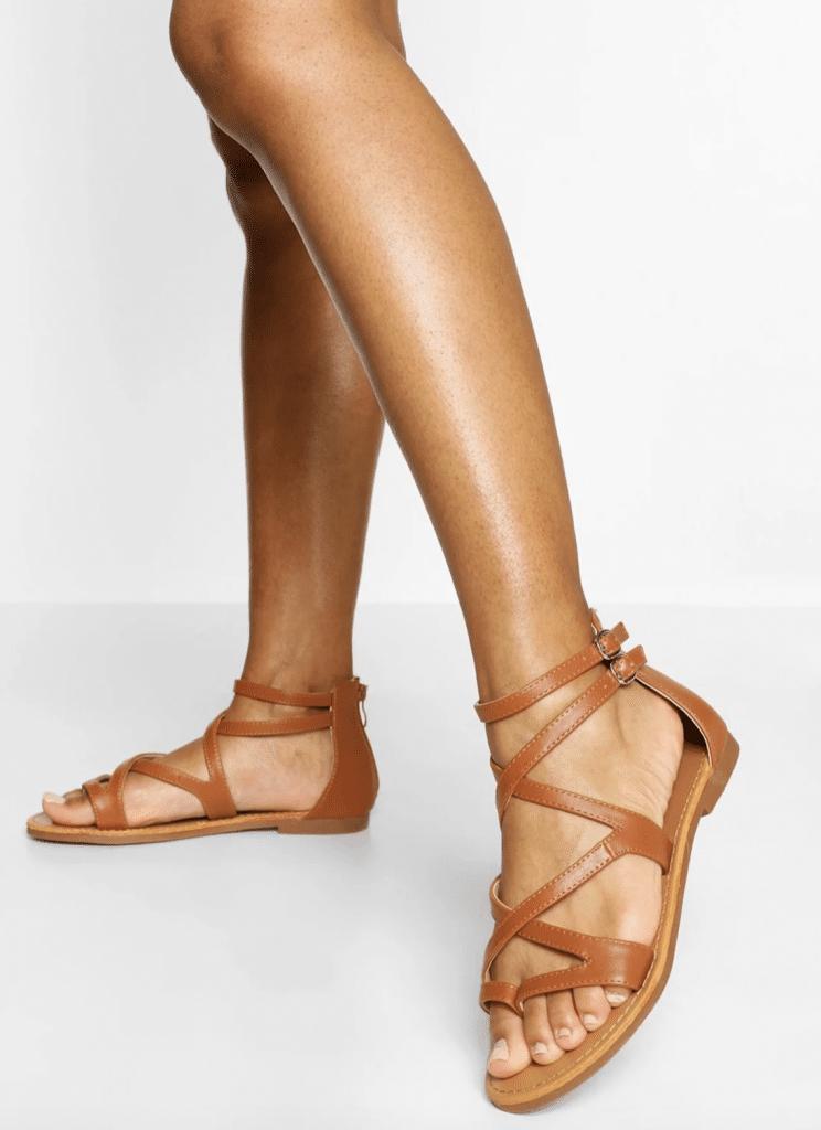 Sandales tendance couleur camel à bride multiple sur la chevulle