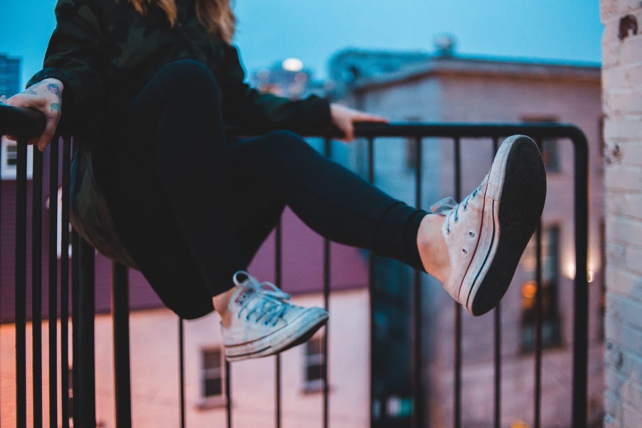 basket tendance : femme qui saute avec des converses aux pieds