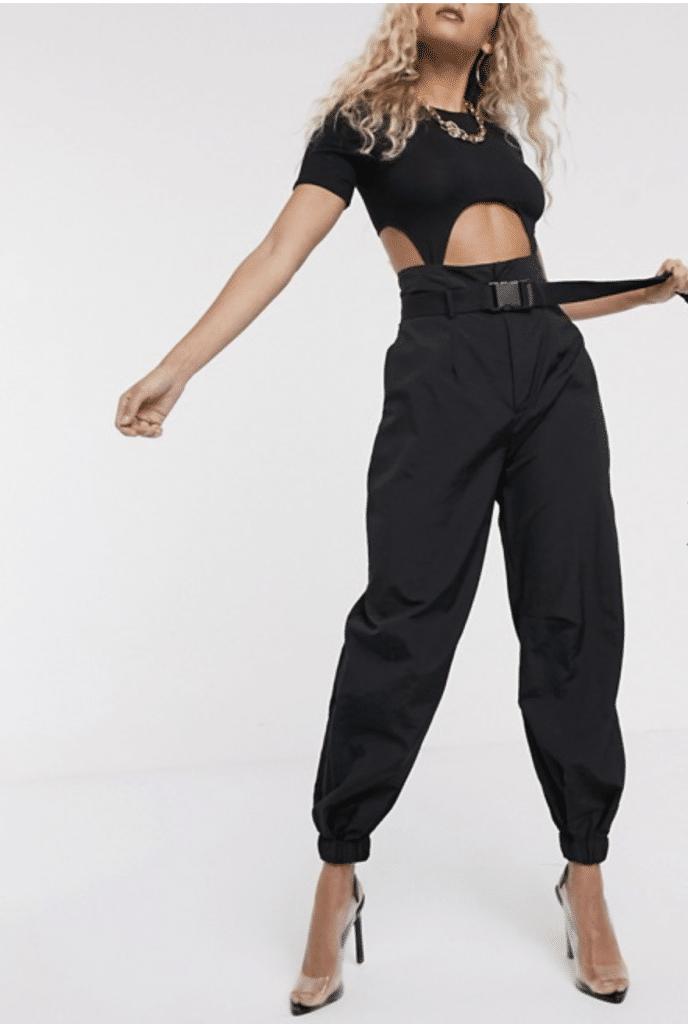 jogger pants taille haute avec une ceinture à la taille et porté avec des talons