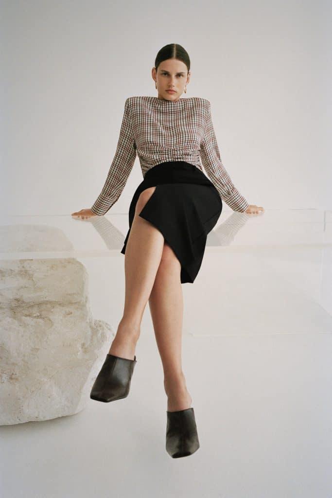 Zara propose une jupe crayon noire très tendance