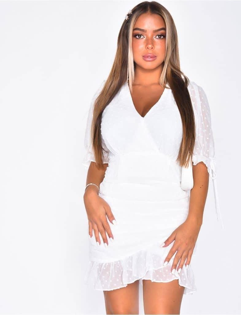 Robe courte blanche à volant tendance