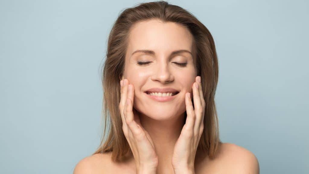 Quelques gestes à adopter pour retendre la peau du visage