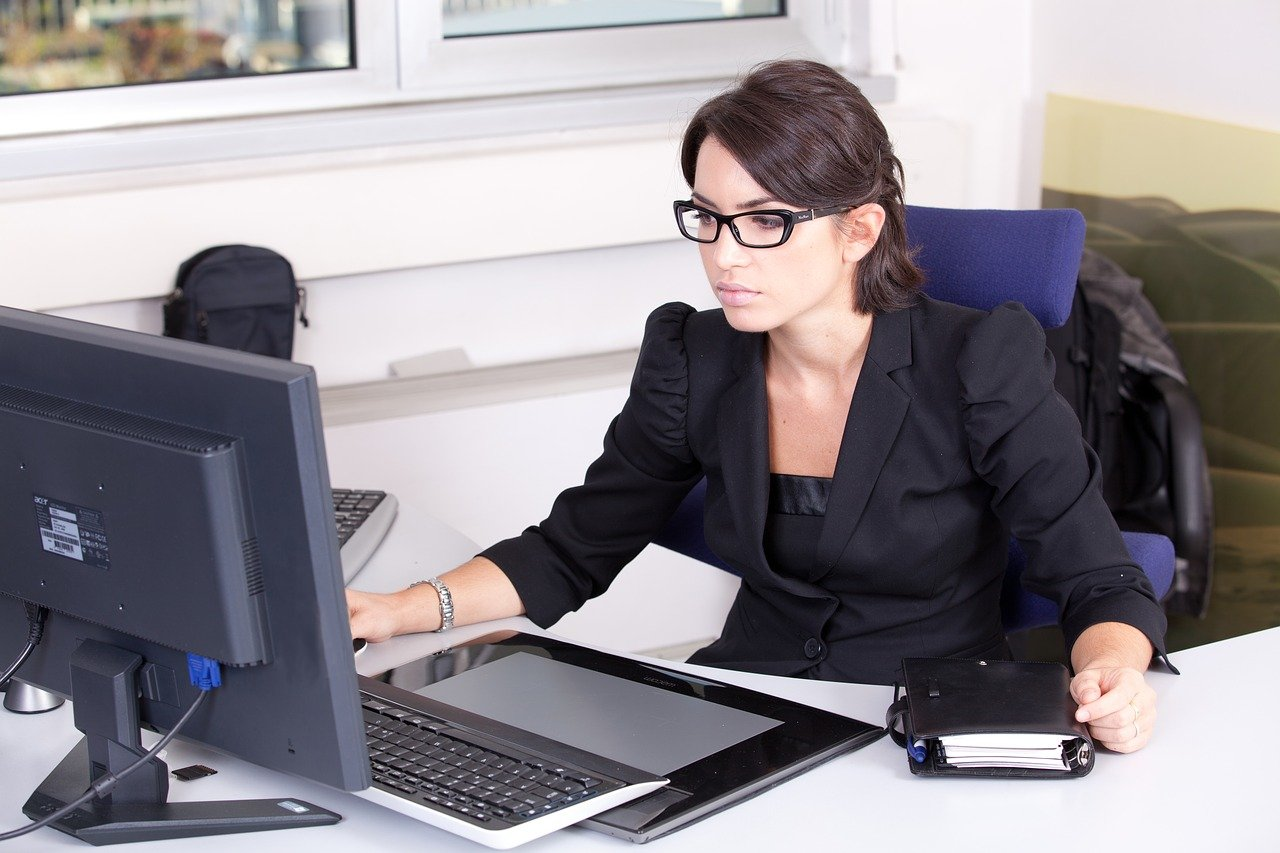secrétaire travaillant sur son bureau