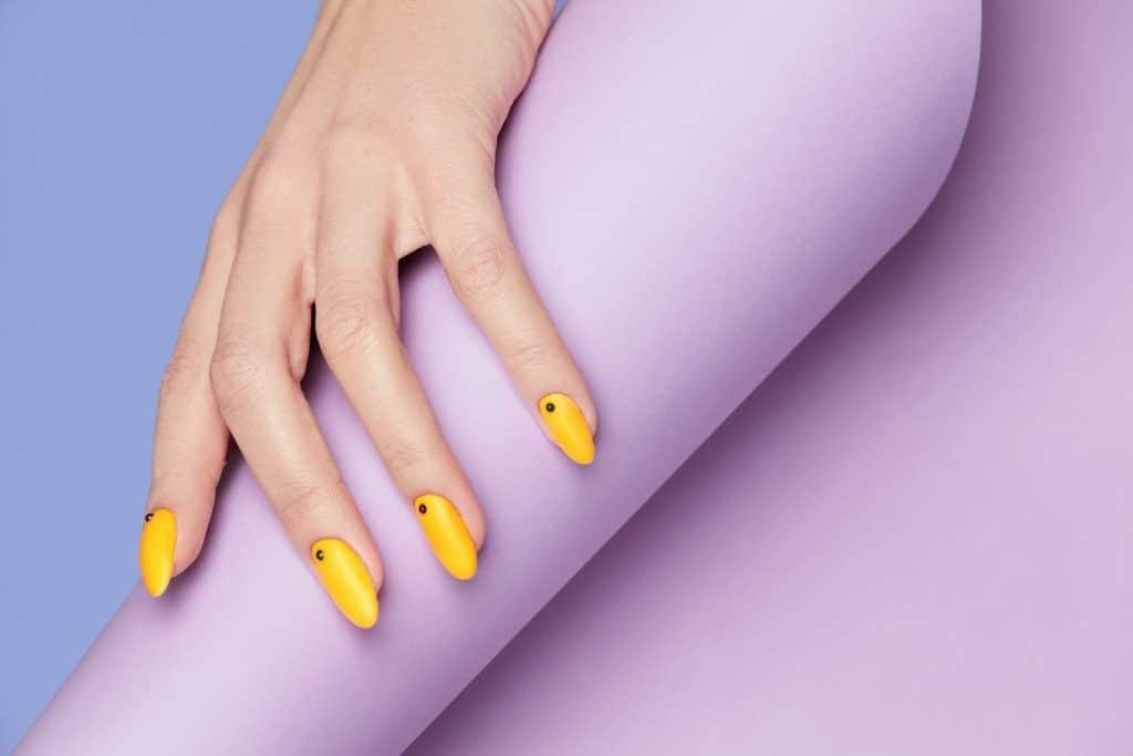 ongle jaune pastel couleur été